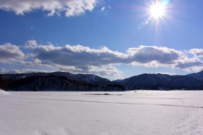 氷結した桧原湖と太陽