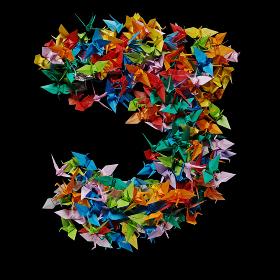 折り紙の鶴を集めて形作ったアルファベットのJ