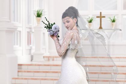 ベールをつけた純白のウエディングドレスを着た花嫁がウエディングチャペルの祭壇近くに立つ