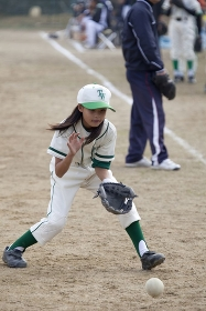 少年野球女子の守備練習