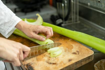鹿児島の食材トイモガラを調理する主婦