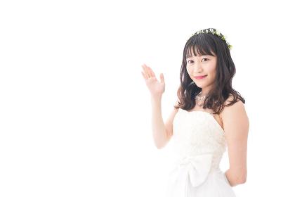紹介をするドレス姿の花嫁