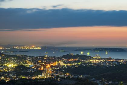 火の山公園展望台から眺める日本海と地方都市下関の夕暮れ