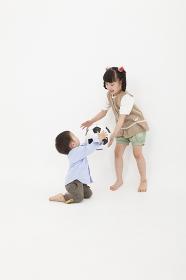 サッカーボールで遊ぶ男の子と女の子