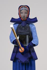 剣道の胴着をきて防具をつけた女の子が竹刀を持ち構える正面の姿