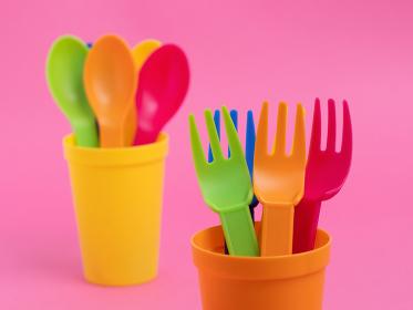 カラフルなプラスチック製の食器