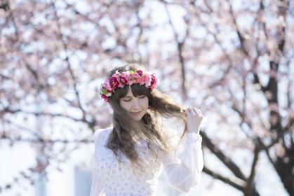 桜の花を楽しむ女性