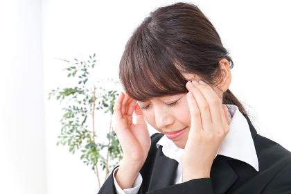 頭痛に苦しむビジネスウーマン