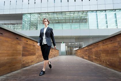 クールに歩く女性(ビジネスイメージ)