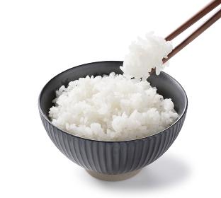 炊き立てのご飯を箸ですくう
