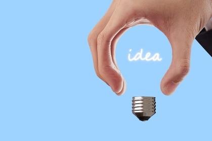 アイデアと電球の抽象イメージ