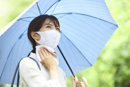 日傘をさす日本人ビジネスウーマン