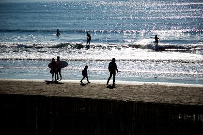 サーファーと散歩する人々