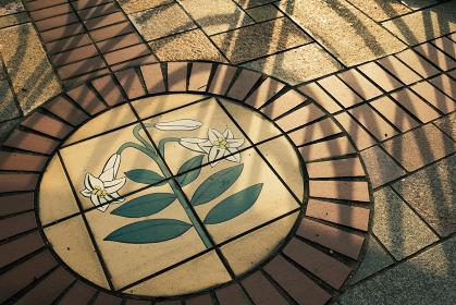 ユリの花が描かれた歩道