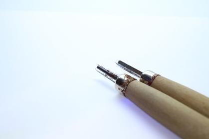 右下から伸びる彫刻刀