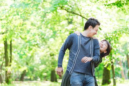 新緑の中、彼氏を驚かす彼女