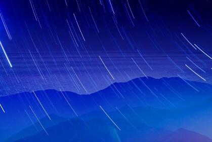 星空と山々