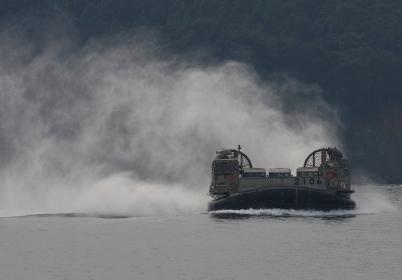 水煙をあげ接近してくるLCAC(2010年徳島県津波防災訓練)
