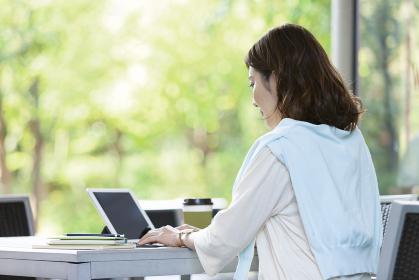 iPadを操作する女性