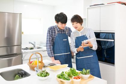 料理・カップル・夫婦(タブレットPC)