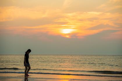 岩屋海岸の夕暮れの砂浜 福岡県