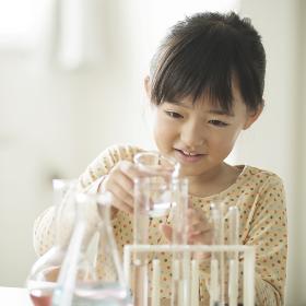 実験をする小学生