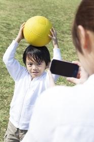 スマートフォンで写メを撮る母子