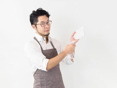 雑巾がけをする男性のイメージ