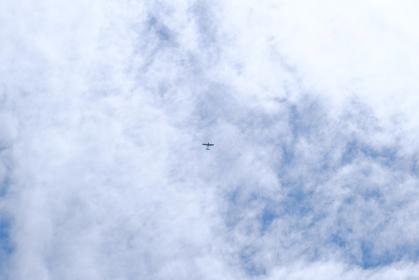 雲の中を進む飛行機