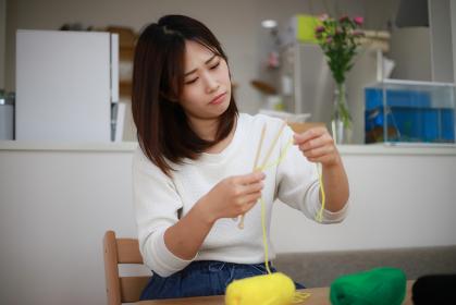 編み物の編み方に悩む女性