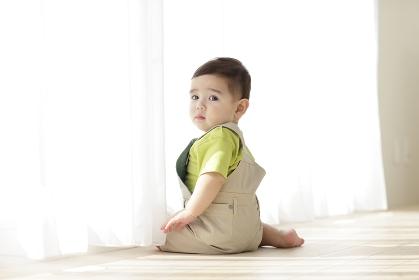窓辺に座る赤ちゃん
