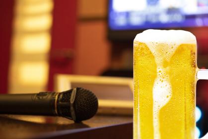 カラオケとジョッキビールのイメージ画像