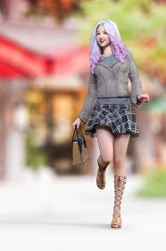 繁華街で巻き髪ロングヘアの笑顔の女子がライダースジャケットを羽織りサンダルを履き鞄を持っている