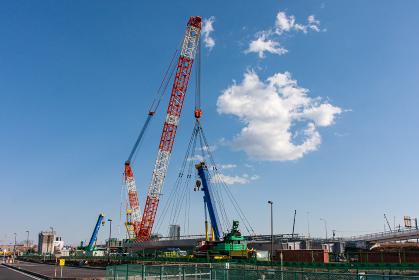 高速道路を建設している巨大クレーン(圏央道・神奈川)