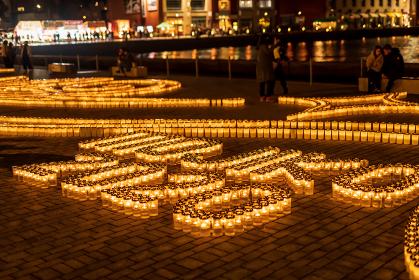 門司港レトロで行われた鮮やかなガラスにろうそくを立て灯籠を飾ったロマンチックな夜景