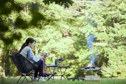 ソロキャンプをする若い日本人女性