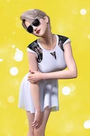サングラスをかけた金髪のショートヘアの女性が白いワンピースを着て前屈みで右の腕をつかんでいるポーズ