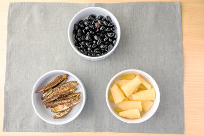 お正月料理の黒豆、ワカサギの甘露煮、カズノコ