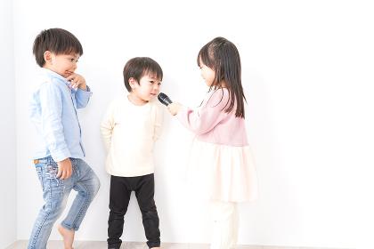 家で遊ぶ子どもたち