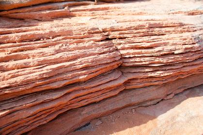 アメリカ・アリゾナ州のバーミリオンクリフス自然保護区にてミルフィーユ状のもろい地層クローズアップ