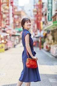 中華街を観光する日本人女性