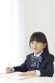 教室で勉強をする小学生の女の子