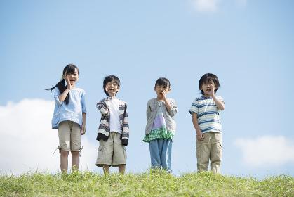 草原で叫ぶ小学生