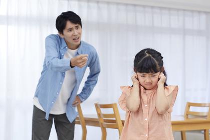 父親に怒られる日本人の女の子
