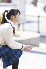 ベンチに座る女子校生
