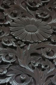 お寺の門扉の彫刻