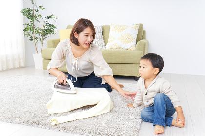 家事をするお母さんと子供