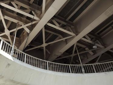 道路の高架下のループ歩道橋