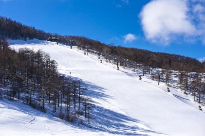 青空とスキー場