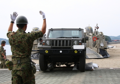 LCACからの73式小型トラック揚陸誘導(2010年徳島県津波防災訓練)